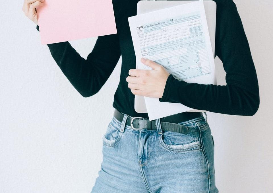 Podwójne życie księgowej – faktura albo dług