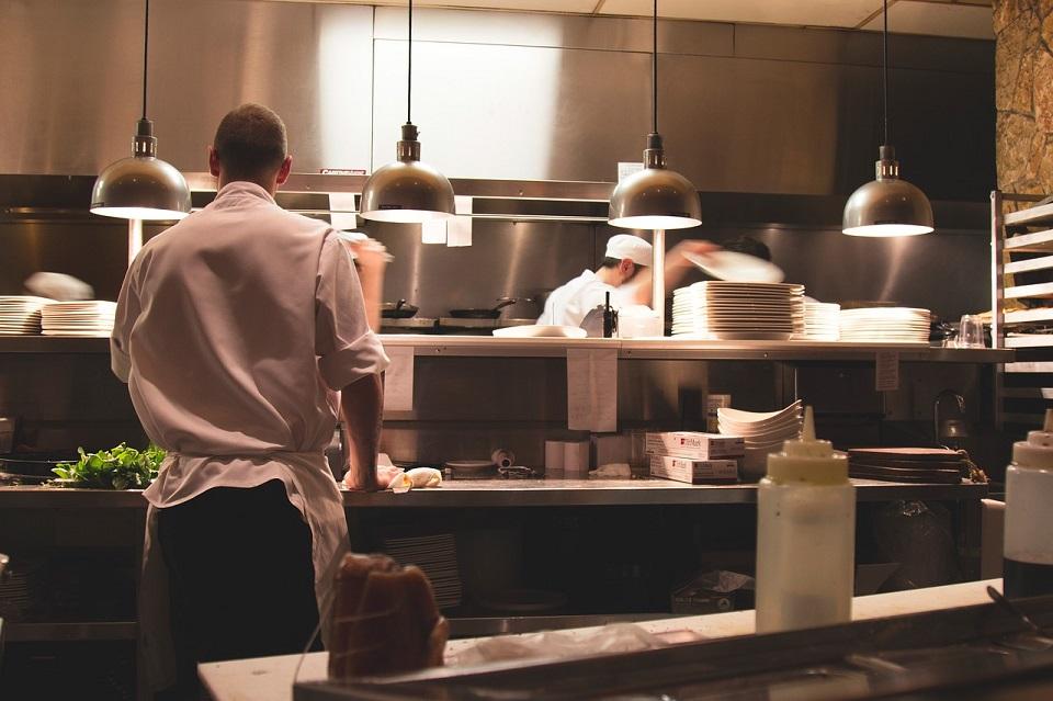 Hotelarze i restauratorzy szukają pracowników i liczą długi