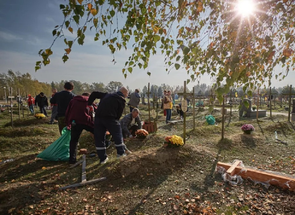 Warszawa. Bezdomni będą porządkować bezimienne groby