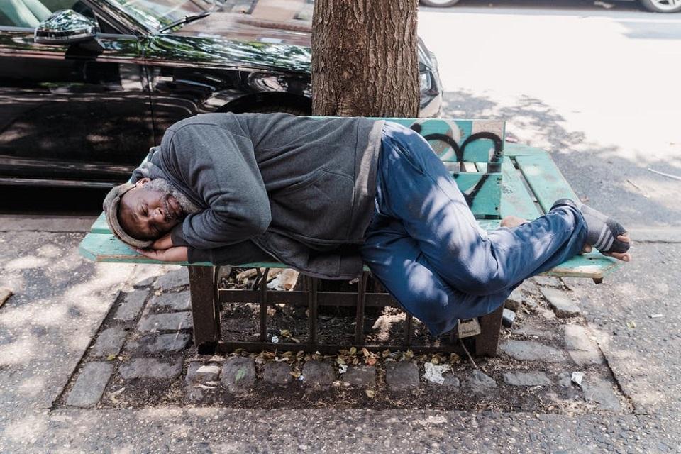 O tej porze roku bezdomnym zagraża hipotermia